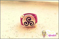 Anillo de cuero rosa y zamak de triple espiral