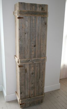 Pallet Wood Cabinet. This would be cool to have outside to store rake, shovels, brooms, ect. in as well. Pallet Crates, Wood Pallets, Pallet Wood, Barn Wood, Pallet Pantry, Reclaimed Wood Projects, Pallet Projects, Wooden Projects, Rustic Furniture