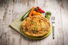Omelette mit Gemüse auf Holztisch