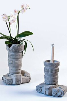 This quirky vase, made in the shape of a camera lying on its back is so cool. The perfect gift idea for every photographer. Awesome home decor. #ad #concrete #camera #vase #giftidea #photographer #cement #homedecor #pencilholder #cup #pot