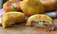 Bombes de pomme de terre rapide  Ingrédients 200 grammes de pommes de terre déjà cuites et en purée 100 g de farine 00 2 cuillères à café de levure instantanée pour les préparations salées Sel 2 cuillères à soupe de parmesan Pour la farce (vous pouvez utiliser ce que vous voulez) 3 tranches de […]