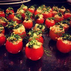 Tomatinhos recheadas com salmão, cream cheese e ervas da horta regado com pesto de ruculas e amêndoas, um dos amouse bouche que estão sendo servidos agora no jantar do #Chefnascimento.