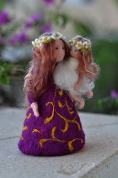 Needle felted Waldorf Mother and child/ standing doll/soft sculpture/needle felt by Daria Lvovsky - absolutely gorgeous if I ever find the ability to make nice hair like that Mais Waldorf Crafts, Waldorf Dolls, Needle Felted, Wet Felting, Diy Laine, Felt Angel, Rose Girl, Felt Fairy, Felting Tutorials