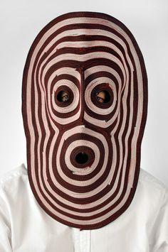 Bertjan Pot crée des masques étranges en enroulant des cordes fines. [Via]