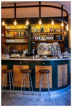 Elementos en madera complementan el estilo sofisticado. | Galería de fotos 10 de 12 | AD MX Back Bar Design, Bar Counter Design, Pub Design, Bar Interior Design, Coffee Shop Design, Cafe Interior, Modern Restaurant Design, Bar A Vin, Pub Chairs