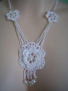Crochet Neckwarmer - Learn how to crochet for beginners Crochet Necklace Pattern, Crochet Earrings, Crochet Flowers, Crochet Lace, Crochet Collar, Crochet Snowflakes, Crochet Accessories, Jewelry Patterns, Crochet Projects