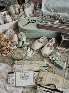 Sewing Vintage Vintage Sewing Notions Faith, Grace, and Crafts Vintage Sewing Rooms, Vintage Sewing Notions, Antique Sewing Machines, Vintage Sewing Patterns, Antique Lace, Vintage Lace, Antique Dolls, Antique Shops, Interiores Shabby Chic
