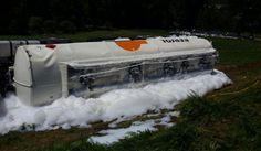 Un camión pierde 2.000 litros de combustible tras salirse de la vía y volcar en Begonte - Estado en el que quedó el camión tras el accidente. AEP