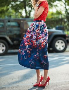 Full skirt with a bold floral print