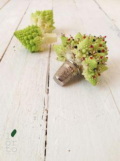 Natale al Verde: un cavolo broccolo in un ditale da sarta #lortodimichelle Green Decoration, Boutonnieres, Xmas, Christmas, Table Settings, Stud Earrings, Jewelry, Snow, Greenery Decor