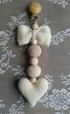 Steen in the cottage: Crocheted stroller hanger Crochet Baby Toys, Easter Crochet, Crochet Gifts, Diy Crochet, Crochet Keychain Pattern, Crochet Patterns Amigurumi, Baby Knitting Patterns, Crochet Hair Bows, Bead Crochet Rope