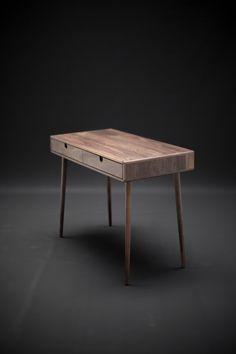 Mooie bureaublad Board massief walnoot  Een meesterwerk van massief hout van  klasse A Hickory geselecteerd onder de beste bossen. Mooi handwerk- en timmerwerk.  Maatregelen:  -98,5 cm breed x 50 cm diepe x 75 cm hoog (38.7 breed x 19,6 x 29,5 voor high) -Laden 47 cm breed x 49 cm diepe x 9 cm hoog (18.5 breed x 19.3 diep x 3,5 hoog)  -25 kg/33 lbs