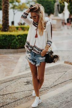come-mi-vesto-oggi-stile-bohème-chic-maglietta-fluida-bianca-jeans-corto-strappi-scrarpe-da-ginnastica-borsa-nera-tracolla