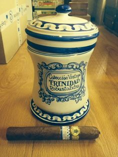 Jar of Trinidad Robusto Extra Collection Vintage, exclusive for Spanish market. Cigars made with tobacco aged for 5 years.