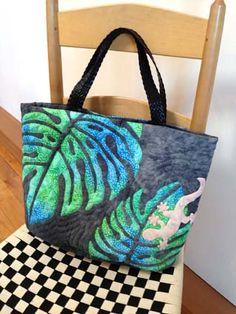Tote w/ leaf applique Hawaiian Quilt Patterns, Hawaiian Quilts, Hawaiian Designs, Painted Bags, Summer Quilts, Rug Hooking Patterns, Diy Purse, Sewing Appliques, Purse Organization