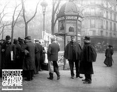 Agents de police, à Paris, devant un kiosque à journaux, vers 1910.