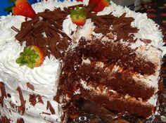 Receita de Bolo de Chocolate com Morangos e Chantilly - bolo de 25cm. Para obter os 3 bolos, basta triplicar as quantidades. Uma dica é servi-lo geladinho, então se você vai servi-lo à noite, deixe...