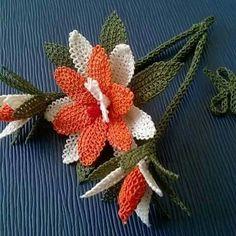 Yogurtcu--from a Turkish pinne Needle Lace, Needle And Thread, Christmas Wreaths, Christmas Ornaments, Simple Life Hacks, Crochet Flowers, Crochet Hearts, 4th Of July Wreath, Needlework