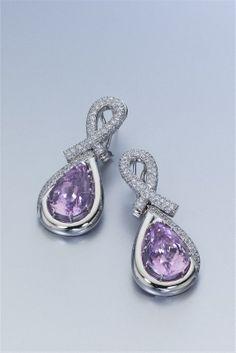 Selección de joyas, pendientes y anillos de oro y diamantes. Pendientes de oro blanco, diamantes y zafiro rosa.