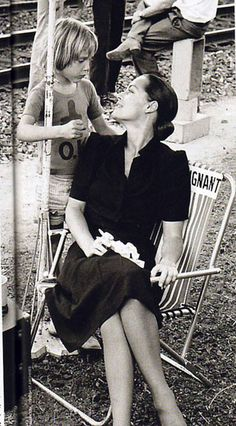 Romy Schneider with her son David Classic Actresses, Actors & Actresses, Zooey Deschanel, Alain Delon, Iconic Photos, Body Poses, French Actress, Black White Photos, Paris France