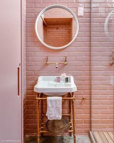 Eu tenho um milhão de referências para cada ambiente, então resolvi começar cada um por uma peça de personalidade que faço questão de ter. O Lavabo será idealizado em torno de uma pia, que eu já comprei e apresento para vocês loguinho. Mas aí eu me pergunto...Será que eu me rendo a um lavabo rosa, apaixonante igual esse que vi no @historiasdecasa ? #anotherbrickinthewall #rebecaguerra