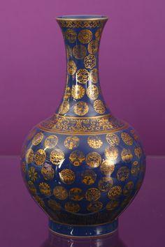 Vente de samedi 24 juin : vase pansu à long col En porcelaine émaillée à fond bleu et décor or Chine, marque et époque Guangxu (1875-1908)  H. 39 cm