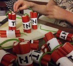 Hele makkelijke (door de kinderen zelf!) te maken Minecraft-traktatie.   Neem snoepstengels en knip ze op de gewenste hoogte.  Bindt ze sa...