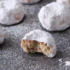Τα μυστικά του κουραμπιέ Greek Cookies, Cupcake Cookies, Cupcakes, Greek Desserts, Donuts, Muffins, Deserts, Cooking Recipes, Sweets