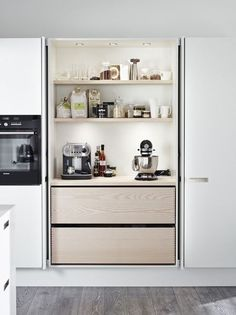 An integrated kitchen, it& so chic!- Une cuisine intégrée, c'est tellement chic ! An integrated kitchen, it& so chic! decocrush – www. Hidden Kitchen, Kitchen Pantry, New Kitchen, Kitchen Storage, Kitchen Appliances, Kitchen Cabinetry, Small Appliances, Country Kitchen, Kitchen Modern
