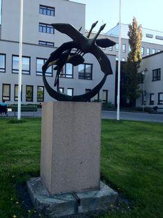 Lähtevät Kurjet - Unto Hietanen (1960). Tampereen päivänä 1963 Hatanpään sairaalan edustalla paljastettu kuvanveistäjä Unto Hietasen työ, joka kuvaa lentoon nousevia kurkia.