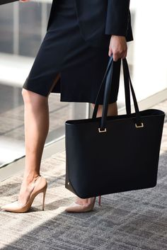 Quality and style meet organization and functionality in the SEVILLE leather laptop tote – perfect for the frequent business traveler. Laptop Tote Bag, Laptop Rucksack, Leather Laptop Bag, Office Bags For Women, Laptop Bag For Women, Work Tote, Work Bags, Professional Wardrobe, Elegantes Outfit