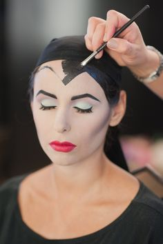 Are you looking for inspiration for your Halloween make-up? Browse around this site for scary Halloween makeup looks. Fete Halloween, Halloween Make Up, Halloween Crafts, Halloween Decorations, Halloween Tutorial, Diy Maquillage Halloween, Creepy Halloween Makeup, Maleficent Makeup, Maleficent Costume