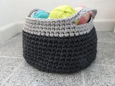 Yarn basket made by Camilla Zpagetti yarn is great! Diy Tricot Crochet, Crochet Home, Crochet Baby, Yarn Projects, Crochet Projects, Knitting Patterns, Crochet Patterns, Yarn Storage, Storage Basket