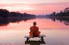 """Những bí mật của hạnh phúc   """"Là một nhà sư thuộc phái Thiền tông và là cựu giảng viên tại một trường cao đẳng nghệ thuật nhỏ ở Massachusetts Mỹ tôi thường được hỏi xin lời khuyên về cách đối phó với những thách thức của cuộc sống. Tôi muốn nói về giá trị của việc sống chậm trong cuộc sống bận rộn của chúng ta và đôi khi tôi cũng ghi lại cho mình và sau đó chia sẻ.  Sư thầy Haemin Sunim cho rằng bí quyết của hạnh phúc là sống chậm lại  Dưới đây là chia sẻ của sư thầy Haemin Sunim về bí quyết…"""