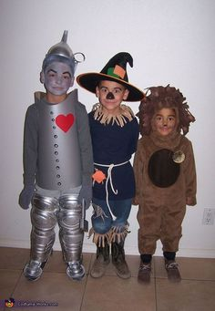 Maria: Tin man: Silver tag board, details drawn on with black sharpie. Velcro used to close ends and silver spray painted shin guards. Scarecrow: Witches hat with patch glued on. Character Halloween Costumes, Clever Halloween Costumes, Halloween Costume Contest, Halloween Kostüm, Family Halloween, Costume Ideas, Homemade Halloween, The Wizard Of Oz Costumes, Children Costumes