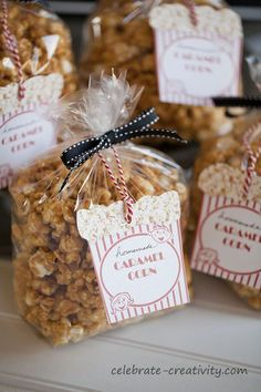 Home made Caramel Corn with Labels (recipe tutorial & packaging idea) (bake sale cookies packaging) Bake Sale Packaging, Popcorn Packaging, Cookie Packaging, Food Packaging, Packaging Ideas, Bake Sale Treats, Bake Sale Recipes, Christmas Treats, Christmas Baking