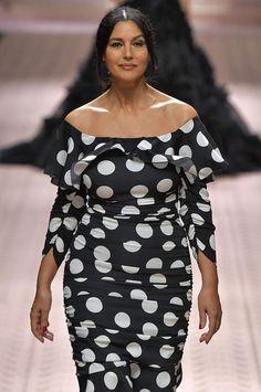 A la Fashion Week de Milan, Monica Bellucci défile pour Dolce Hollywood Fashion, Mode Hollywood, Hollywood Actresses, Monica Bellucci Photo, Monica Belluci, La Fashion Week, Carla Bruni, Hottest Female Celebrities, Italian Actress
