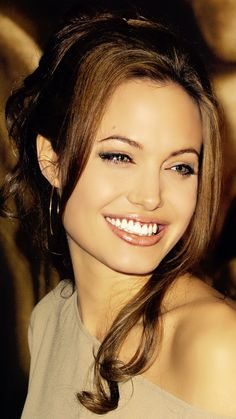 Angelina Jolie A Pleasant Personality Angelina Jolie Makeup, Angelina Joile, Angelina Jolie Pictures, Le Rosey, Prettiest Actresses, Beauty Full Girl, Hollywood Celebrities, Most Beautiful Women, Pretty People