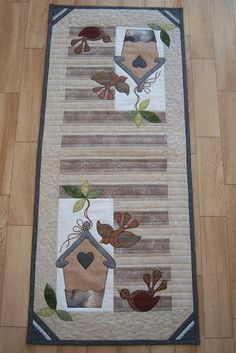 I love birdhouses and quilts. How perfect! Would make adorable placemats! Table Runner And Placemats, Table Runner Pattern, Quilted Table Runners, Small Quilt Projects, Quilting Projects, Small Quilts, Mini Quilts, Place Mats Quilted, Bird Quilt