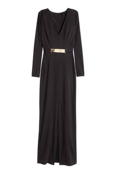 El negro es un aliado para cualquier evento de tarde noche. Mejor déjalo en el armario para comuniones y bautizos. Este vestido largo con cinturón dorado es de H&M, 90 €, y pide a gritos unos stilettos dorados y unos pendientes enormes.