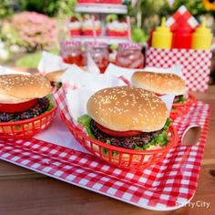 Outdoor BBQ Burger Serving Idea - Gingham Picnic Food and Drink Ideas - Summer P. Outdoor BBQ Burger Serving Idea – Gingham Picnic Food and Drink Ideas – Summer Party Ideas – Bbq Burger, Burger Party, Picnic Themed Parties, Picnic Party Decorations, Bbq Decorations, Outdoor Parties, Comida Picnic, Food Truck, Party Spread