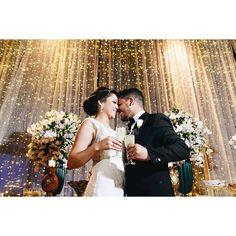 Um casamento à noite e com muita elegância tem o seu lugar! A cortina de luzinhas da @abr_som deixou tudo ainda mais mágico e encantado! Não deixe de conferir o post completo e se inspirar para um fim de semana de muito amor! ❤ www.berriesandlove.com {: @giovanipierrephotograph}#berriesandlove #noblogBL #cortinadeluzes #justmarried #brindedosnoivos #onamorocomeçanocasamento