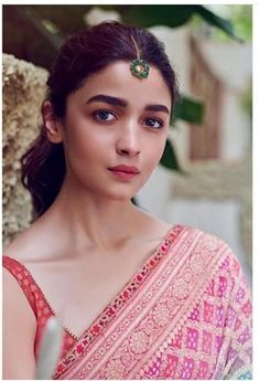 Alia Bhatt's maang tikkas are PERFECT to make a subtle statement with ethnic outfits | PINKVILLA Bollywood Actress Hot, Beautiful Bollywood Actress, Bollywood Celebrities, Beautiful Indian Actress, Bollywood Fashion, Bollywood Actors, Bollywood Saree, Bollywood Masala, Indian Bollywood