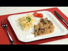 Hovězí Stroganoff nebo hovězí Stroganov je původem ruský pokrm pocházející z 19. století, první známý recept na hovězí Stroganoff po Spaghetti, Menu, Chicken, Ethnic Recipes, Food, Menu Board Design, Essen, Meals, Yemek