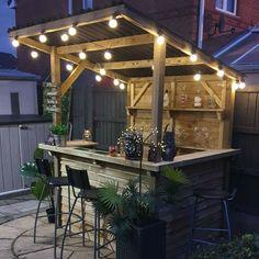 Diy Garden Bar, Outdoor Garden Bar, Outdoor Tiki Bar, Wooden Garden, Outdoor Bars, Outdoor Pallet Bar, Rustic Outdoor Bar, Outdoor Kitchen Bars, Rustic Barn