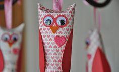 Recicla tubos de papel higiénico y crea estos lindos búhos para decorar. Los materiales que necesitas son muy simples. Materiales papel de corazones o con motivos de amor rollos de papel higiénico cartón rojo papel cartulina de color naranja, ojos (movibles) lápiz tijeras pegamento pincel stikers de corazón pegatinas cinta. En primer lugar, mide y …