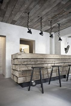 17 Simple and Magnificent Ways to Beautify Your Household Through Wood DIY Projects vintage industrial bar design homesthetics - Homesthetics - Inspiring ideas for your home. Deco Restaurant, Rustic Restaurant Design, Restaurant Identity, Industrial Restaurant, Restaurant Interiors, Restaurant Kitchen, Interior Architecture, Interior Design, Vintage Architecture