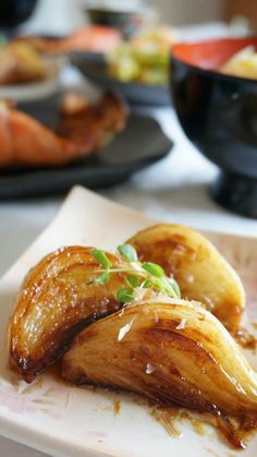 Deliciously grilled onion with Shoyu-sauce and butter Healthy Cooking, Cooking Recipes, Japanese Dishes, Sushi, Food Menu, Diy Food, No Cook Meals, Vegetable Recipes, Asian Recipes