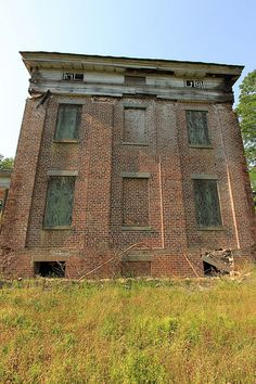 Rear of the Elm Bluff house in Dallas County, Alabama. Old Mansions, Mansions Homes, Abandoned Mansions, Abandoned Property, Abandoned Castles, Abandoned Places, Old Buildings, Abandoned Buildings, Abandoned Plantations