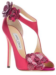 Tendance & idée Chaussures Femme Description Jimmy Choo~ pretty but no dang way I'd spend that much on shoes Fab Shoes, Dream Shoes, Pretty Shoes, Beautiful Shoes, Cute Shoes, Women's Shoes, Me Too Shoes, Shoe Boots, Satin Shoes